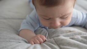 Menzogne di tre mesi del neonato sveglio sul suo stomaco archivi video