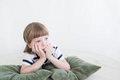 Menzogne e sogni del ragazzo fotografie stock libere da diritti