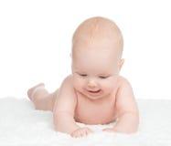 Menzogne infantile della neonata del bambino felice sulla coperta e giocare Fotografia Stock Libera da Diritti