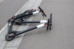 Menzogne kicksharing del motorino sul marciapiede Motorino locativo elettrico di scossa nella città di Parigi fotografie stock libere da diritti