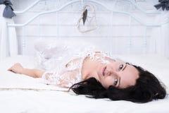Menzogne a letto donna bella Immagini Stock