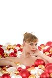 Menzogne nuda del modello circondata dalle sfere del Christmas Fotografia Stock Libera da Diritti