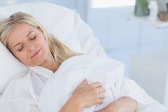 Menzogne paziente felice sul suo letto Fotografie Stock