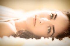 Menzogne sensuale della ragazza Fotografia Stock Libera da Diritti