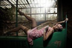Menzogne sexy della giovane donna Fotografia Stock Libera da Diritti