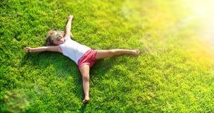 Menzogne sorridente della bambina fotografia stock libera da diritti