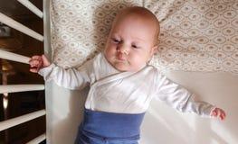 Menzogne sveglia del neonato Fotografia Stock Libera da Diritti
