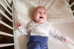 Menzogne sveglia del neonato, felice Immagine Stock