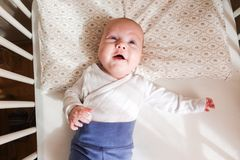 Menzogne sveglia del neonato, felice Immagine Stock Libera da Diritti