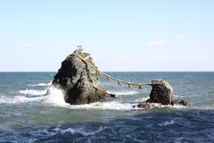 Meoto Iwa (die verheirateten Felsen) Stockbilder