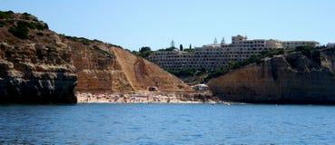 Mer à la côte d'Algarve avec l'hôtel, photo courante du Portugal Photo libre de droits