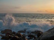 Mer agitée au coucher du soleil Image libre de droits