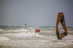 Mer agitée avec le windsurfist, Italie Image libre de droits