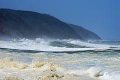 Mer agitée et hautes vagues, rivière du ` s de tempête, Tsitsikamma, Afrique du Sud image stock