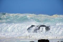 Mer agitée et hautes vagues, rivière du ` s de tempête, Tsitsikamma, Afrique du Sud photo libre de droits