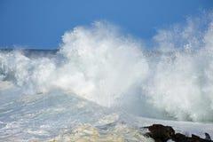 Mer agitée et hautes vagues, rivière du ` s de tempête, Tsitsikamma, Afrique du Sud photos stock