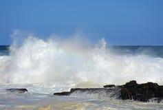 Mer agitée et hautes vagues, rivière du ` s de tempête, Tsitsikamma, Afrique du Sud images libres de droits
