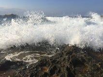 Mer agitée près d'une roche Photo stock