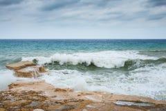 Mer agitée sur la côte rocheuse de Gozo photographie stock libre de droits