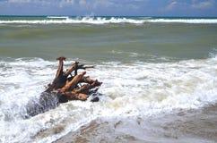 Mer agitée sur la plage sablonneuse Marina di Vecchiano Pise voisine en Italie Images libres de droits