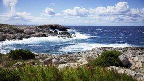 Mer agit?e et cloudscape sur Punta Coccodrillo, ?le de domino de San Tremiti, Italie photos libres de droits
