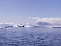 Mer antarctique avec des icebergs Photo stock