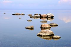 Mer avec des pierres Photos libres de droits