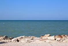Mer avec des pierres Photo libre de droits