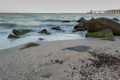 Mer avec des roches image libre de droits