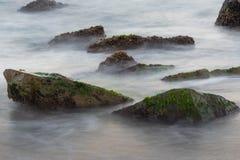 Mer avec des roches photo libre de droits