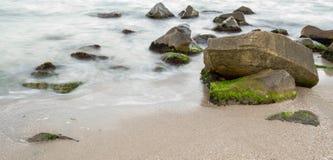Mer avec des roches images stock