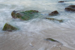 Mer avec des roches photographie stock libre de droits