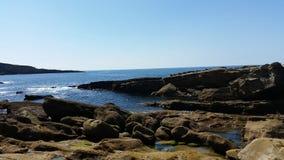 Mer avec des roches Photos stock