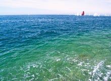 Mer avec des yachts Images stock