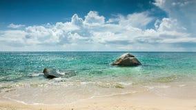 Mer avec deux pierres sur la plage clips vidéos