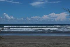 Mer avec la plage de sable avec le ciel bleu Images stock