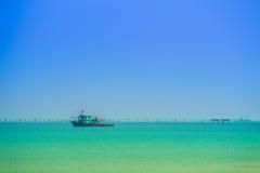 Mer avec le bateau de pêche thaïlandais avec le ciel Photographie stock
