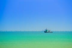 Mer avec le bateau de pêche thaïlandais avec le ciel Images libres de droits