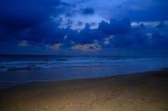 Mer avec le sable flashé Image stock