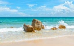 Mer azurée claire se brisant sur des roches Images stock