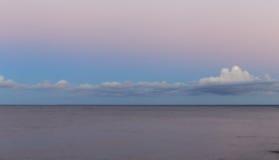 Mer baltique au beau lever de soleil en plage de la Lettonie Fond panoramique de nature Photo libre de droits