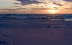 Mer baltique au temps de coucher du soleil, Pologne, Leba Image stock
