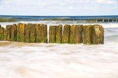 Mer baltique avec des aines et ressac dans l'exposition à long terme Images stock