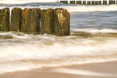 Mer baltique avec des aines et ressac dans l'exposition à long terme Image stock