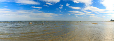 Mer baltique, ciel bleu de fond de plage Photographie stock