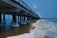 Mer baltique de pont de Palanga en hiver images stock