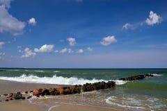 Mer baltique et brise-lames Photo libre de droits