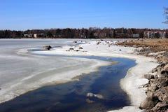 Mer baltique Moitié-congelée pendant Sunny Spring Day image stock
