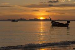 Mer, bateau, coucher du soleil Images libres de droits