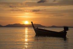 Mer, bateau, coucher du soleil Photos stock